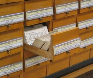 Ja, so sahen die aus: Zettelakatalog (in manchen kleinen Bibliotheken stehen sei noch rum) Foto: Schlagwortkatalog_Dr.MarcusGossler