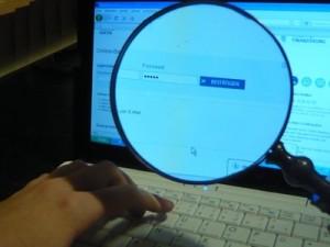 Nur vier Zeichen fürs Passwort? Da ist die Passwortsicherheit baer nicht hoch. Foto: Cristine Lietz/pixelio.de