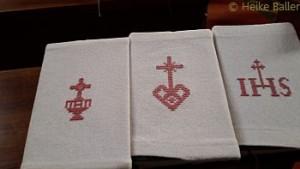 In handbestsickten Leinenhüllen werden die Gesangbücher in Techendorf parat gelegtgelegt