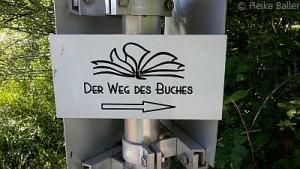 Interessantes Schild - eine Buchwanderung?