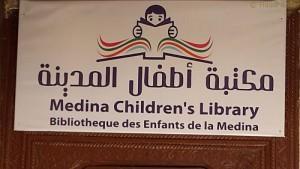 Hinweis auf die Kinderbücherei in Fès