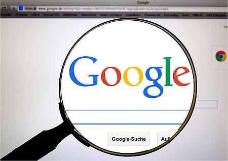 Google-Schriftzug in einer Lupe
