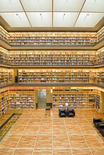 Bücherkubus der Herzogin-Anna-Amalia-Bibliothek vom Eingang aus